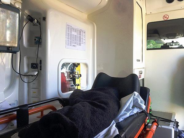 ベンツの救急車内。